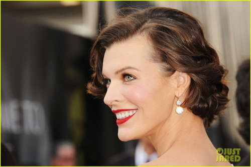 milla jovovich wallpaper with a portrait titled Milla Jovovich - Oscars 2012 Red Carpet