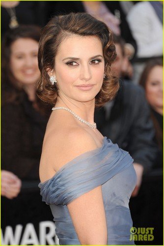 Penélope Cruz wallpaper probably containing a bridesmaid, a cocktail dress, and a portrait titled Penelope Cruz - Oscars 2012 Red Carpet