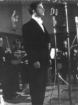 beroemdheden who died young achtergrond with a business suit and a concert called Zeki Müren (d. 6 december 1931, Bursa (İncirli) - ö. 24 september 1996, İzmir