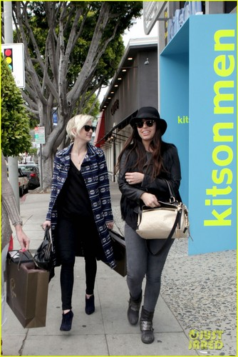 Ashlee Simpson: Shopping with Gal Pals!