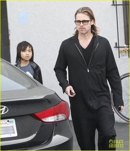 Brad Pitt & Maddox: gitara Guys!