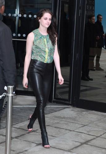 Kristen At The Balenciaga tampil During Paris Fashion Week