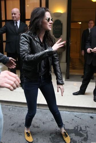 Kristen Stewart leaving her Hotel & visiting the Stella McCartney's প্রদর্শনী Room - March 2, 2012.