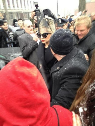 Lady Gaga arriving at Harvard 대학