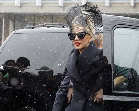 Lady Gaga arriving at Harvard universiteit