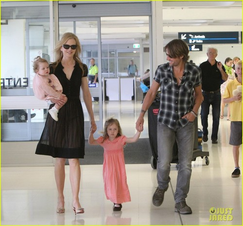 Nicole Kidman Takes Flight With the Family in Sydney