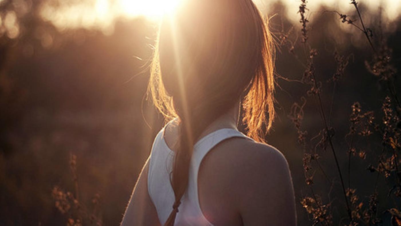 Фото девушки с тёмными волосами без лица