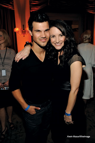 "Taylor Lautner پیپر وال titled Taylor with Kristin Davis at the ""Night Before Party"""