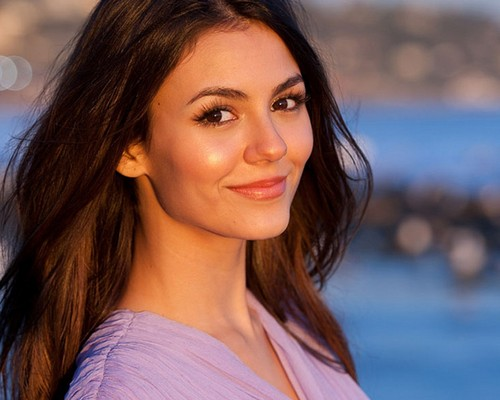 Victoria Justice wallpaper with a portrait entitled Victoria Justice <333