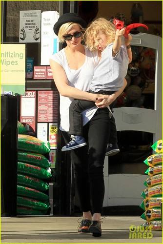 Ashlee Simpson & Bronx: Friday Shopping Fun