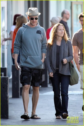 Edward Norton: Saturday Stroll - actors Photo