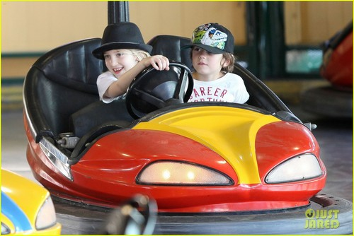 Gwen Stefani: Knott's Berry Farm with Kingston & Zuma!