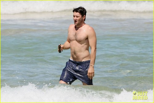 Joel Edgerton: Shirtless Dip at Bondi beach, pwani
