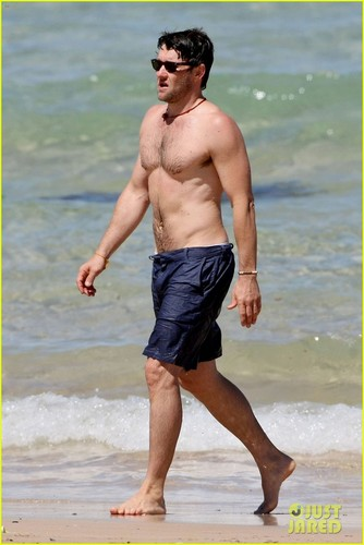 Joel Edgerton: Shirtless Dip at Bondi समुद्र तट