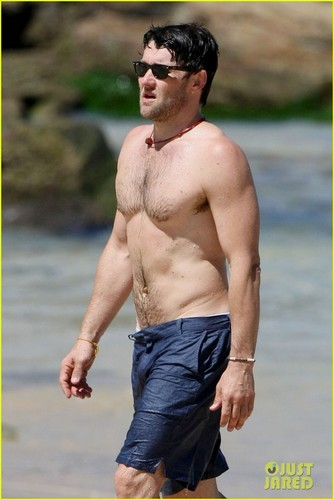 Joel Edgerton: Shirtless Dip at Bondi playa