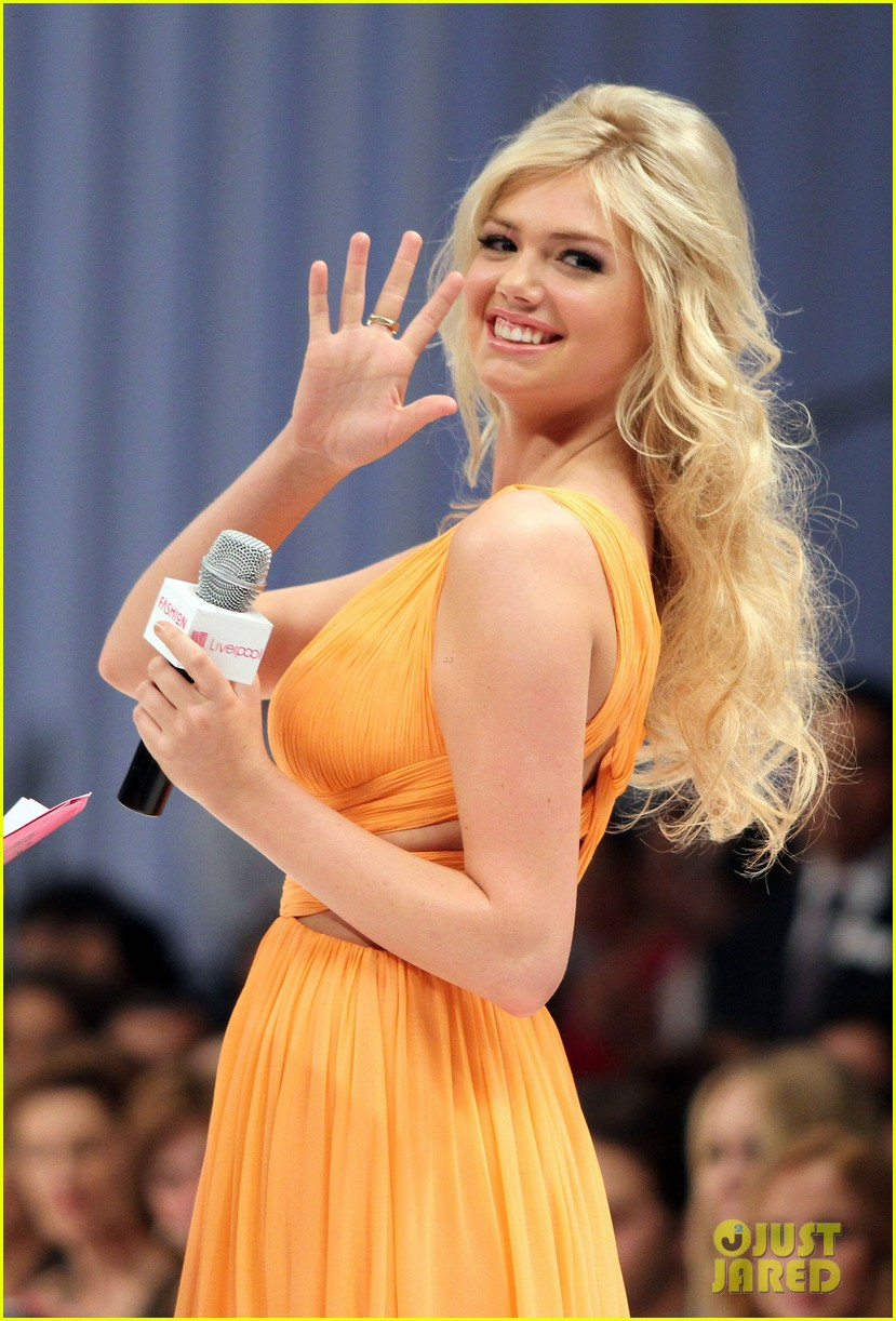 Kate Upton Rocks the 跑道 in Mexico City