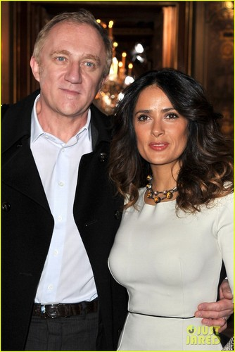 Salma Hayek: Stella McCartney montrer at Paris Fashion Week