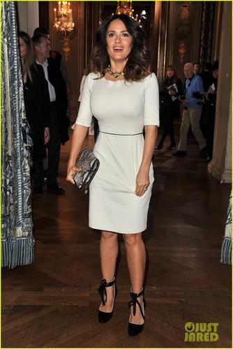 Salma Hayek: Stella McCartney mostra at Paris Fashion Week