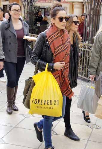 [ January 16, 2012 ] - Sarah Roemer Stocks Up At Forever 21