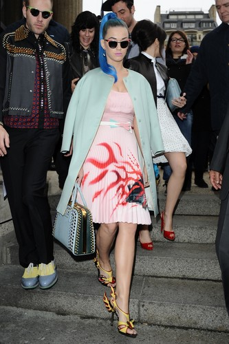 """Miu-Miu"" Fashion Показать in Paris [6 March 2012]"