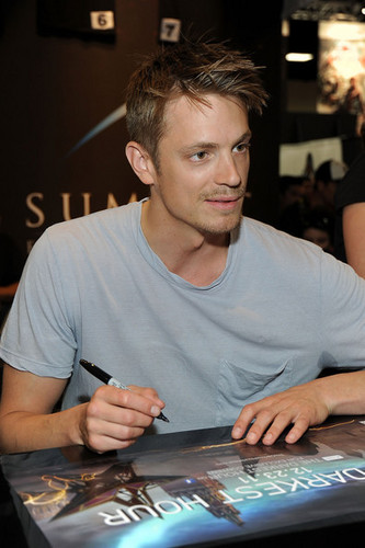 Joel Kinnaman wallpaper called Joel Kinnaman - Autograph Signing - Comic-Con 2011