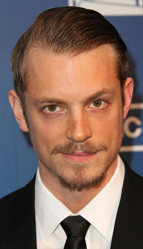 "Joel Kinnaman fond d'écran with a business suit and a suit entitled Joel Kinnaman - Premiere Of AMC's Series ""The Killing"" - Arrivals"