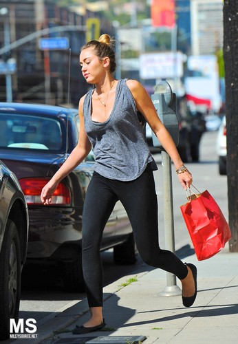Miley-10. March- Leaving a Pet Store in LA