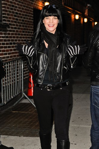 "Pauley Perrette arrives at ""Late 表示する With David Letterman"" on February 28."