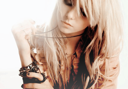 Taylor Momsen wallpaper probably containing a portrait entitled Taylor Momsen