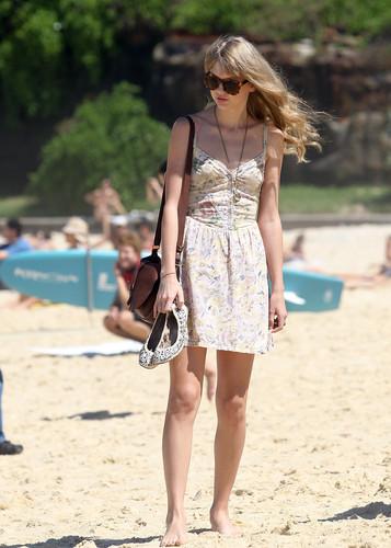 Taylor 迅速, スウィフト on the ビーチ in Sydney, Australia