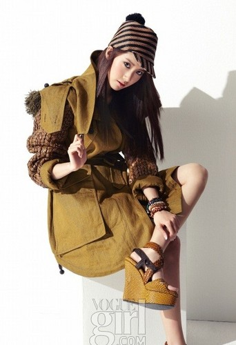 गर्ल्स जेनरेशन/एस एन एस डी वॉलपेपर probably containing a box coat, a hip boot, and an outerwear called Yoona @VOGUE 2012