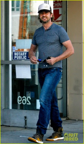 Gerard Butler Gives His fans Some pag-ibig