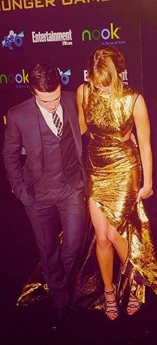 Jen and Josh - jennifer-lawrence-and-josh-hutcherson Photo