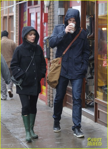 Chris Hemsworth & Elsa Pataky: Rainy Sunday Shopping