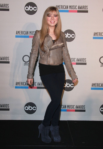 Jennette McCurdy Обои possibly with an outerwear, an overgarment, and a box пальто called Jennette McCurdy