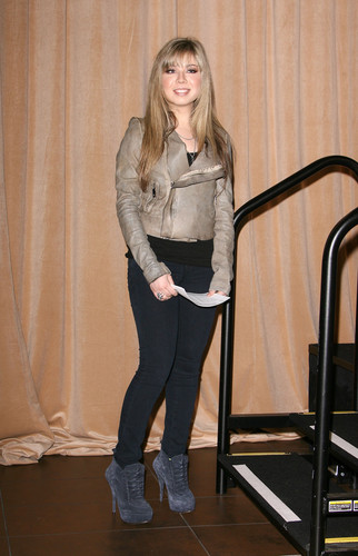 Jennette McCurdy 壁紙 possibly with a well dressed person, an outerwear, and a hip boot entitled Jennette McCurdy