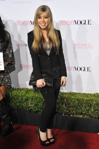 Jennette McCurdy fondo de pantalla containing a well dressed person, a business suit, and a suit entitled Jennette McCurdy