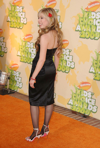 Jennette McCurdy fondo de pantalla probably containing bare legs, a cóctel, coctel dress, and a well dressed person called Jennette McCurdy