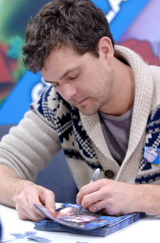 Joshua Jackson wallpaper probably containing a birreria, brasserie and a newspaper called Josh @ Wonder-Con 2012 : Fringe Signing