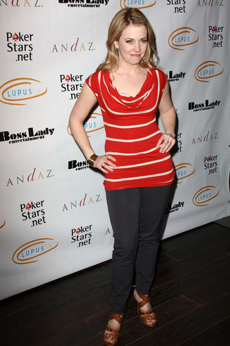 Melissa Joan Hart Hintergrund possibly with a sign entitled Melissa Joan Hart