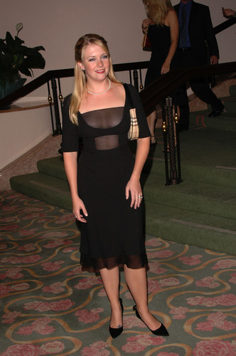 Melissa Joan Hart karatasi la kupamba ukuta possibly containing a business suit and a well dressed person entitled Melissa Joan Hart