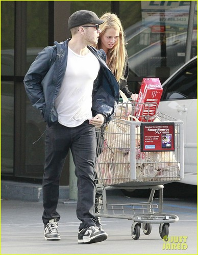 Ryan Phillippe: Grocery Shopping with Mystery Gal!