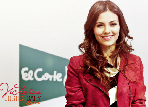 Victoria Justice wallpaper with a well dressed person and a portrait entitled ♥ Victoria Justice♥
