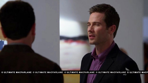 Luke Macfarlane Hintergrund with a business suit called 5x19 Wouldn't it be nice