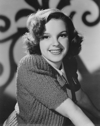 Judy Garland kertas dinding possibly containing an outerwear titled JUDY