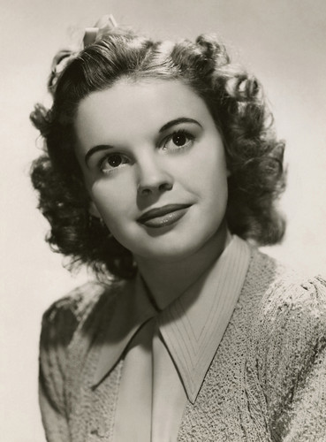 Judy Garland kertas dinding possibly containing a portrait entitled JUDY