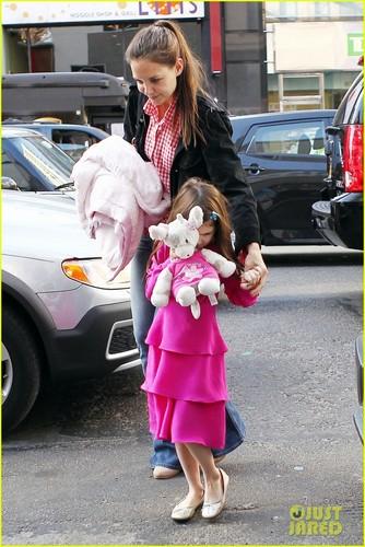 Katie Holmes & Suri: Toy Store Stop