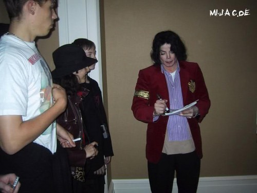 Michael Jackson giving autographs ♥ ♥ ♥