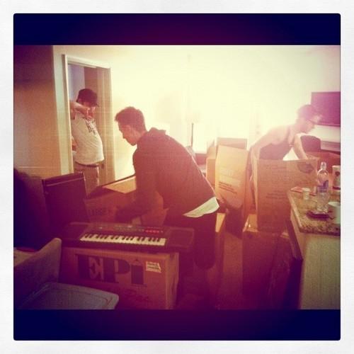 Moving दिन for Damian McGinty & Cameron Mitchell helped द्वारा Nick Shanholtz & MacyMarieMaloy 20mar2012