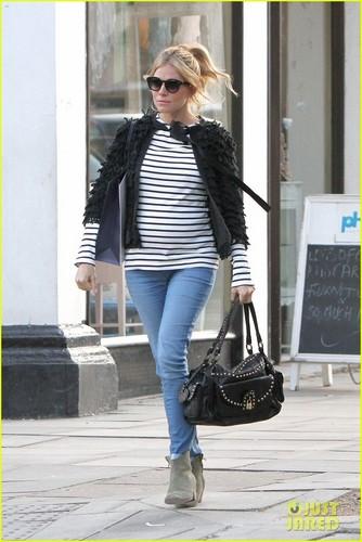 Sienna Miller: Pregnant in Primrose पहाड़ी, हिल